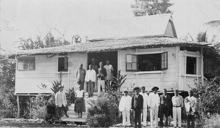 Denna bild har ett alt-attribut som är tomt. Dess filnamn är guadalcanal_beattie_651_mission_house_at_maravovo-1906-1.jpg
